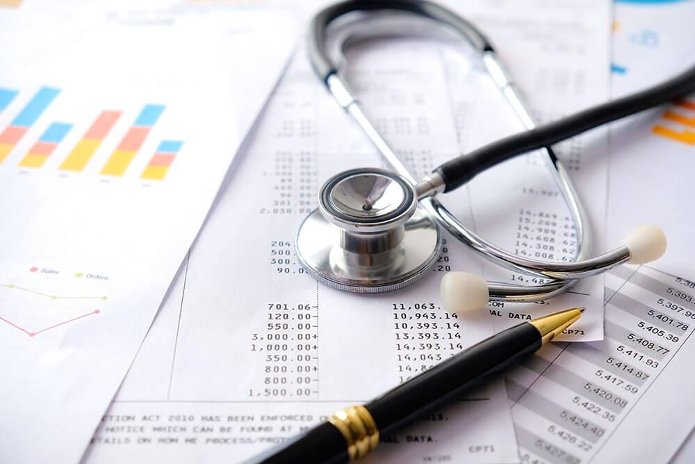 Vermögensverwaltung für Ärzte - Stethoskop auf Abrechnung
