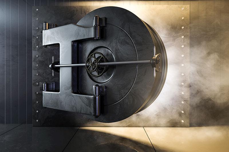 Wie sicher ist ihr Geld - Tresor öffnet sich und Licht scheint aus dem Tresorraum