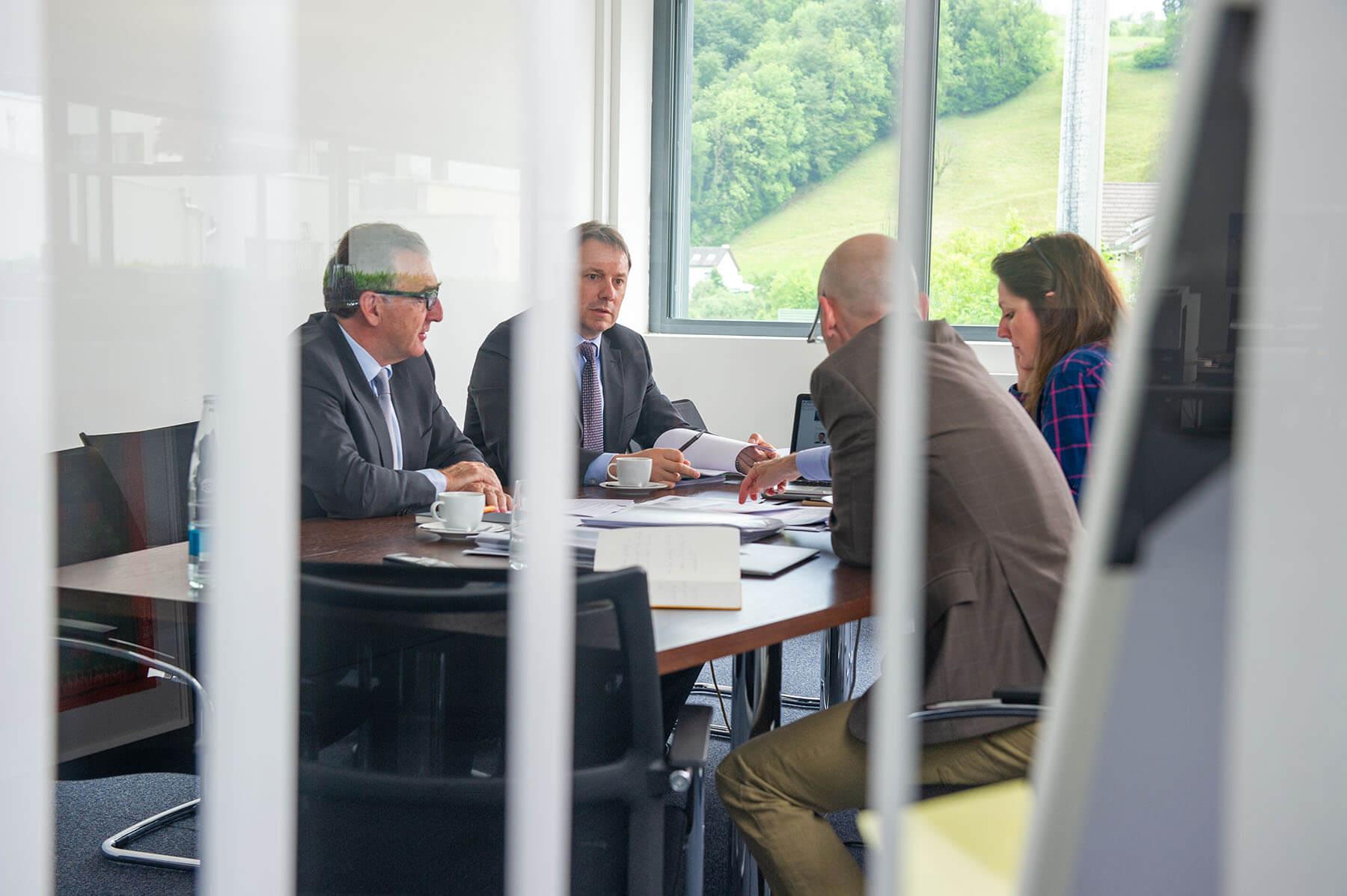 Wydler Asset Management Headerbild - Beratungsgespräch mit vier Personen